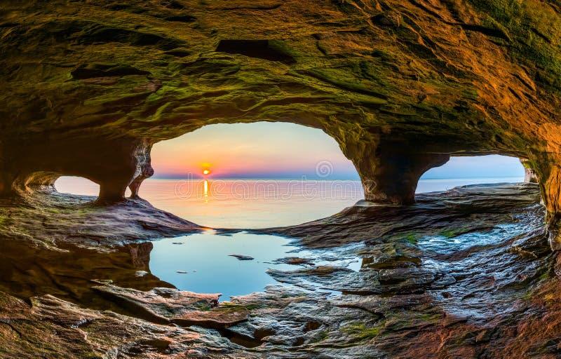 Caverna do mar do por do sol imagens de stock