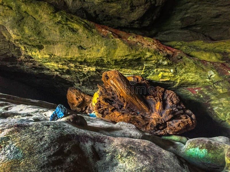 Caverna do ponto do abraço com paredes e as rochas coloridas fotografia de stock