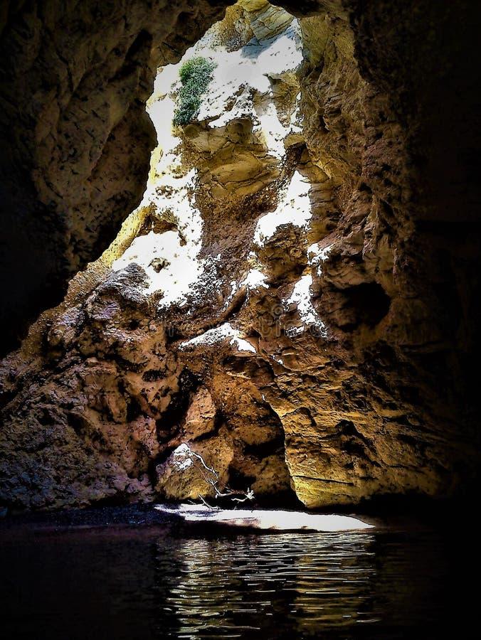 Caverna e luz, mistério e encantamento nas Ilhas Tremiti, Itália imagens de stock royalty free