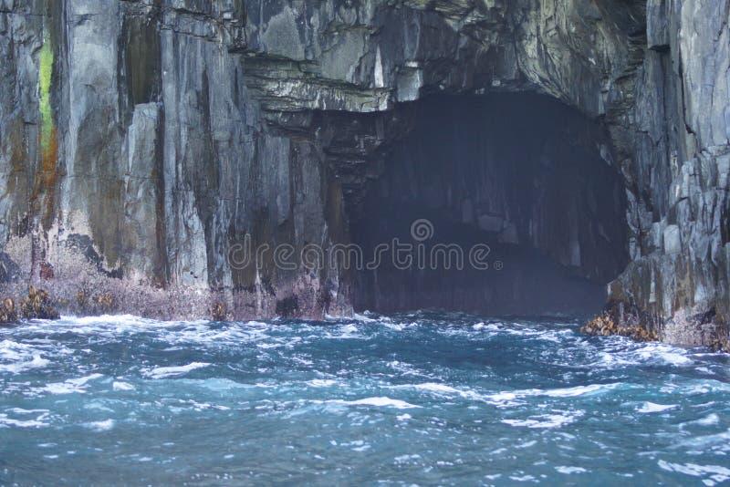 Caverna e spuma del mare fotografia stock libera da diritti
