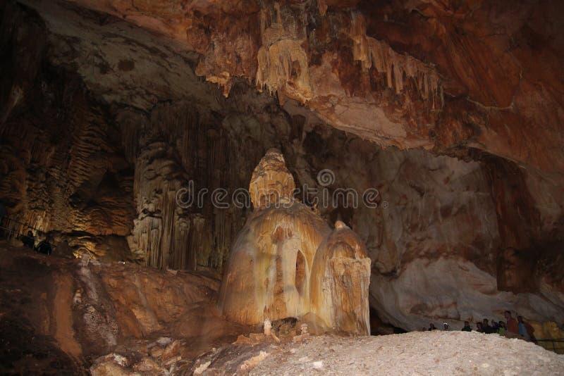 Caverna Emine-Bair-Coba em Crimeia Estalactites e estalagmites fotos de stock royalty free