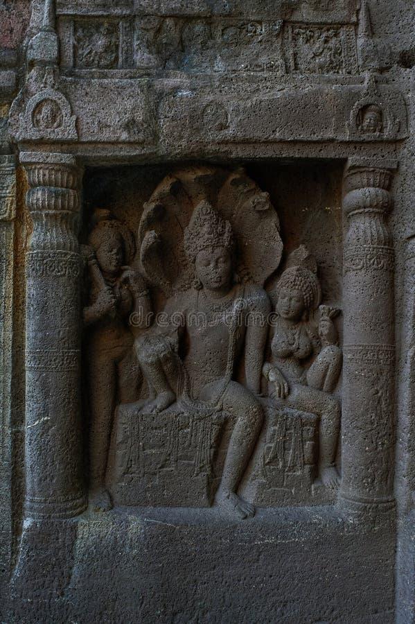 Caverna 19: Esquerda da fachada que mostra o rei da serpente de Nagaraja e o seu nagini do associado Cavernas de Ajanta imagens de stock