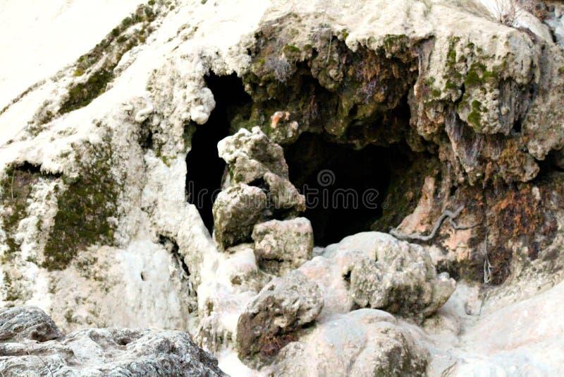 Caverna fatta dall'acqua di mare fotografia stock