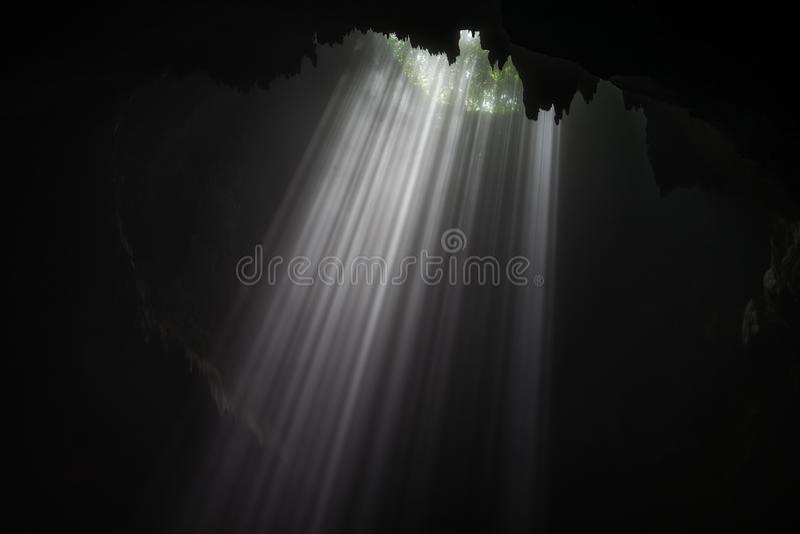 Caverna illuminata al giro di Goa Jomblang vicino a Yogyakarta, Indonesia fotografia stock