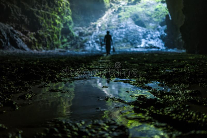 Caverna illuminata al giro di Goa Jomblang vicino a Yogyakarta, Indonesia fotografia stock libera da diritti