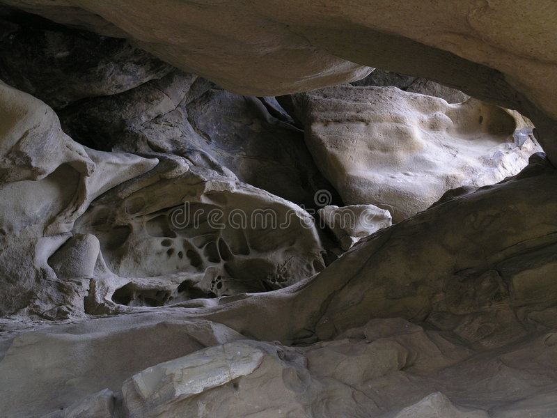 Caverna illuminata dal sole fotografie stock