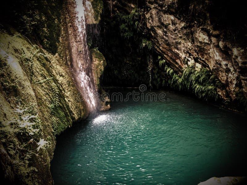 Caverna mistica dietro la cascata fotografie stock