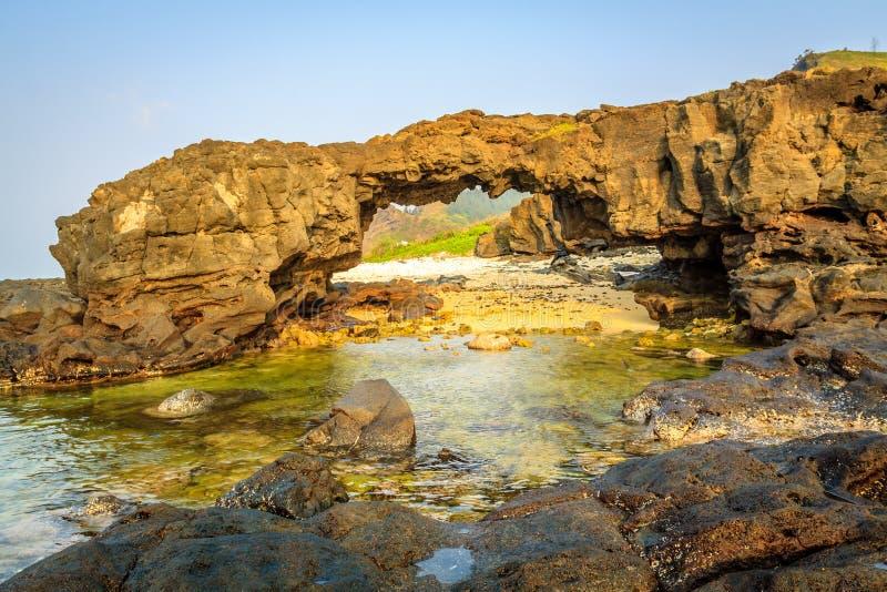 Caverna na praia imagem de stock royalty free