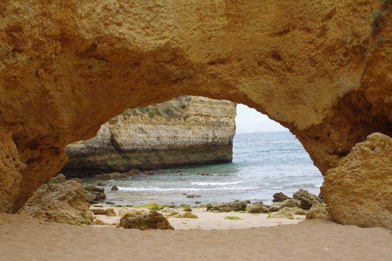 Caverna na praia do Algarve fotos de stock