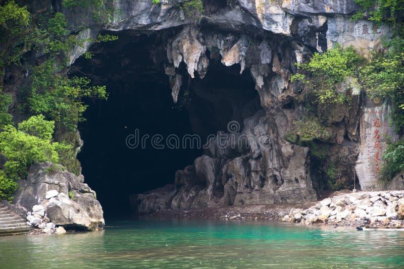 Caverna nelle rocce al Li-Fiume in Cina immagini stock libere da diritti