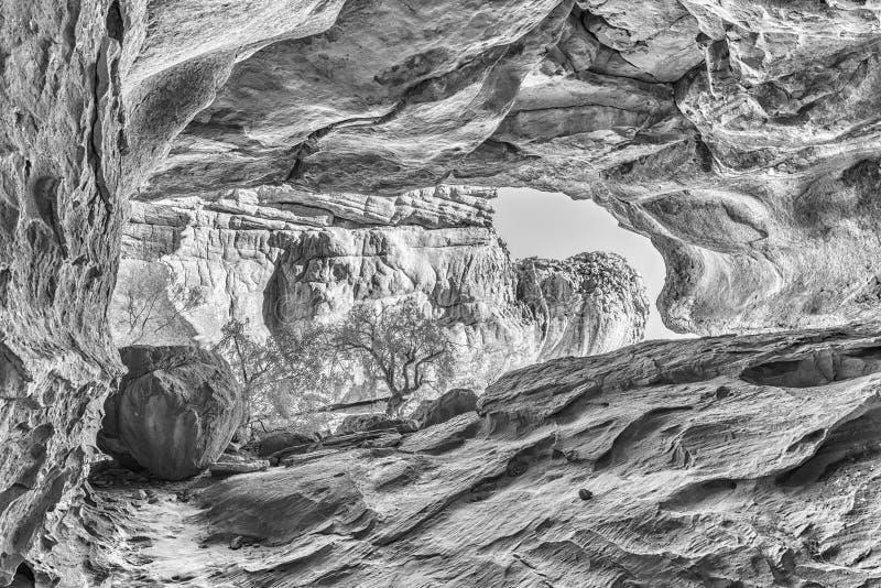 Caverna principal de Stadsaal nas montanhas de Cederberg monocromático fotografia de stock