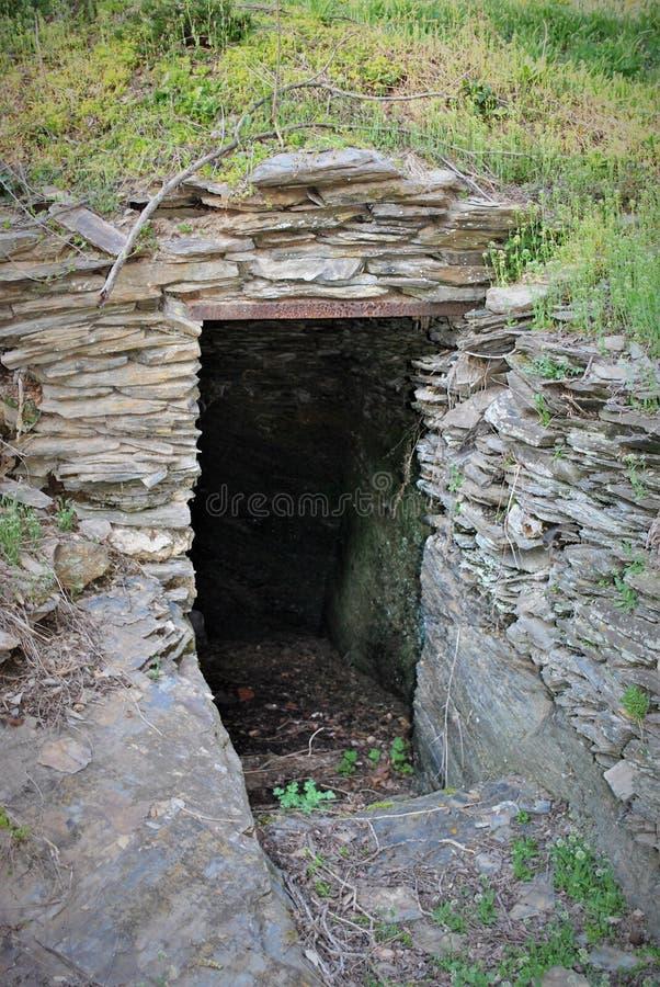 Caverna sob um monte foto de stock