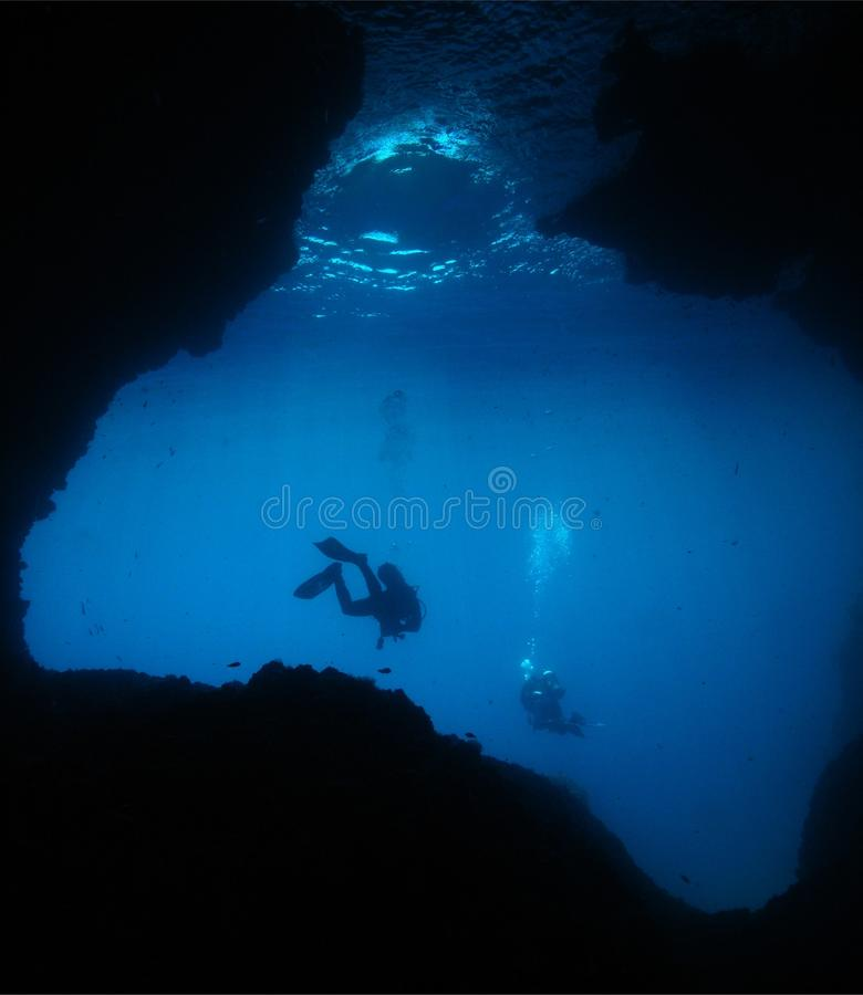 Caverna subaquática do mergulho autónomo do fotógrafo do homem fotos de stock royalty free