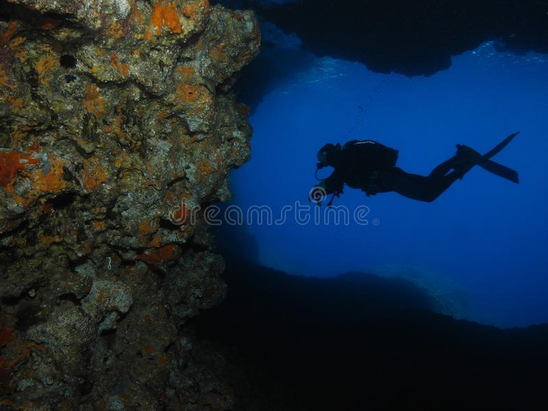 Caverna subaquática do mergulho autónomo do fotógrafo do homem fotografia de stock royalty free
