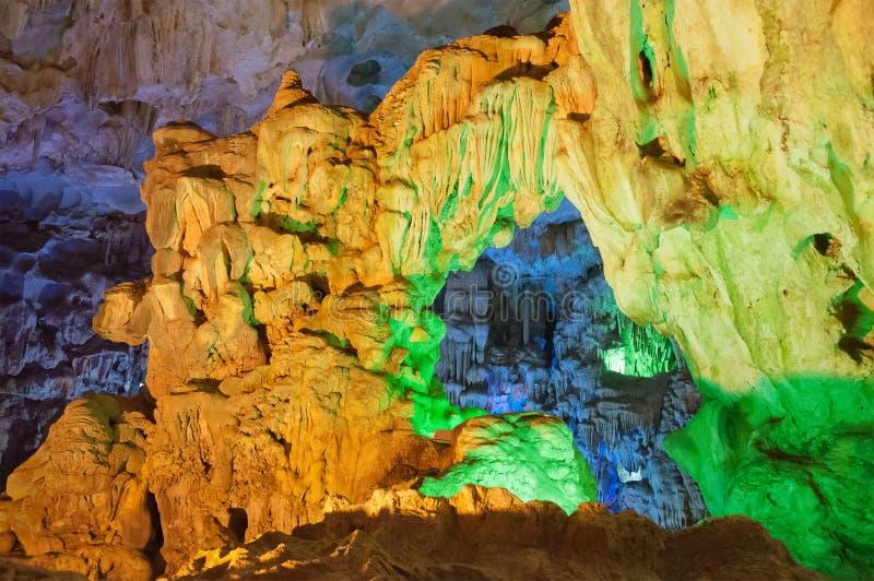 Caverna sulla baia di Halong. Il Vietnam immagine stock