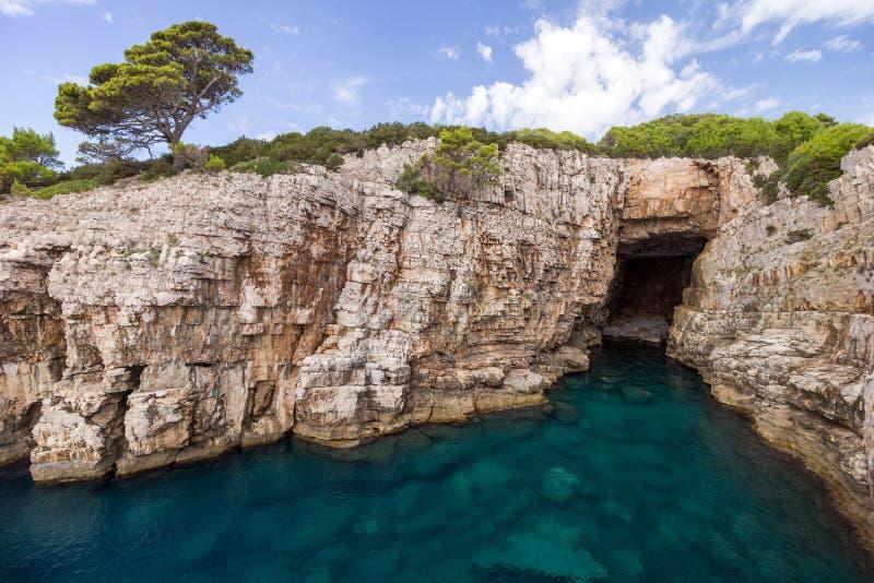 Caverna vazia do mar na ilha de Lokrum na Croácia foto de stock