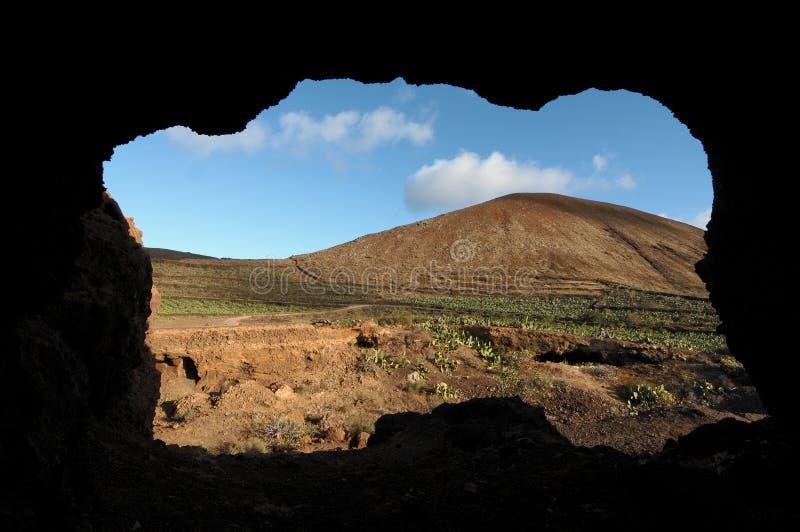 Download Caverna Vicino Ad Un Vulcano Nel Deserto Immagine Stock - Immagine di caldo, verde: 30831197