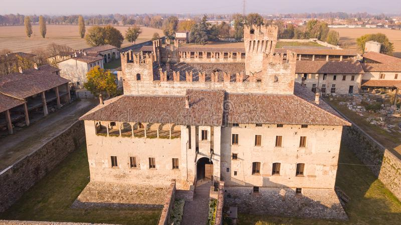 Cavernago Bergamo, Italien Flyg- sikt av den forntida slotten av Malpaga under höstsäsongen arkivfoto