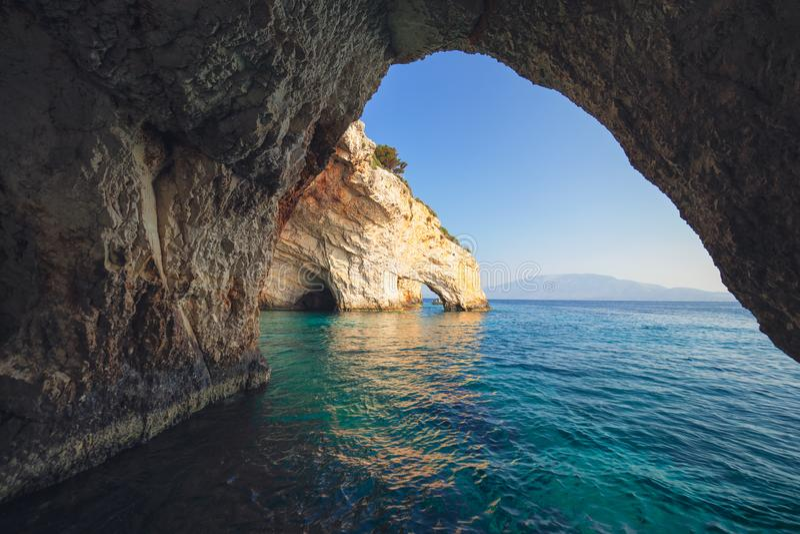 Cavernas azuis de Agios Nikolaos na ilha de Zakynthos Zante, em Grécia fotos de stock
