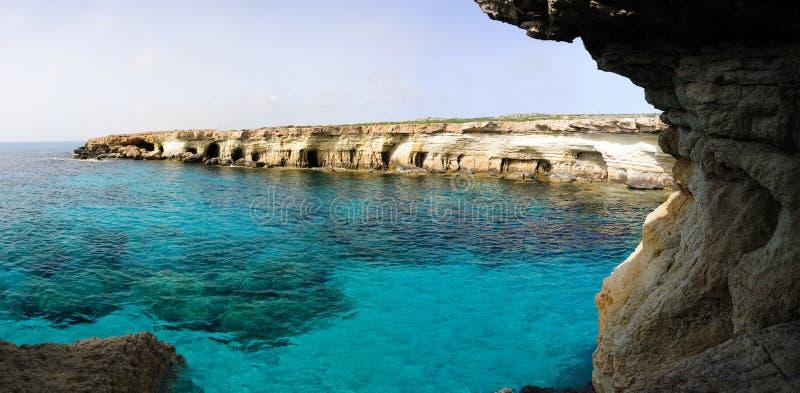 Cavernas azuis do porto e do mar foto de stock