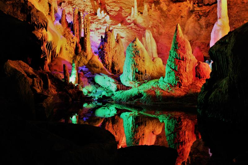 Cavernas brilhantemente iluminadas extremamente bonitas imagens de stock