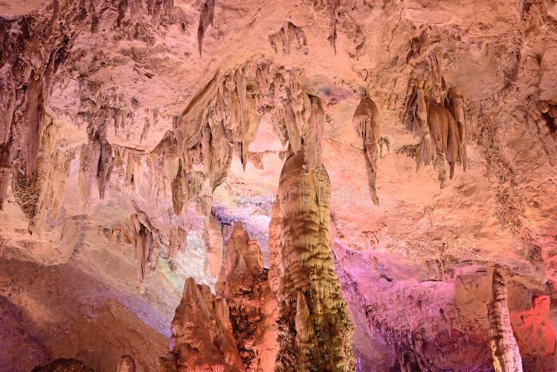 Cavernas da estalactite de Jiuxiang foto de stock