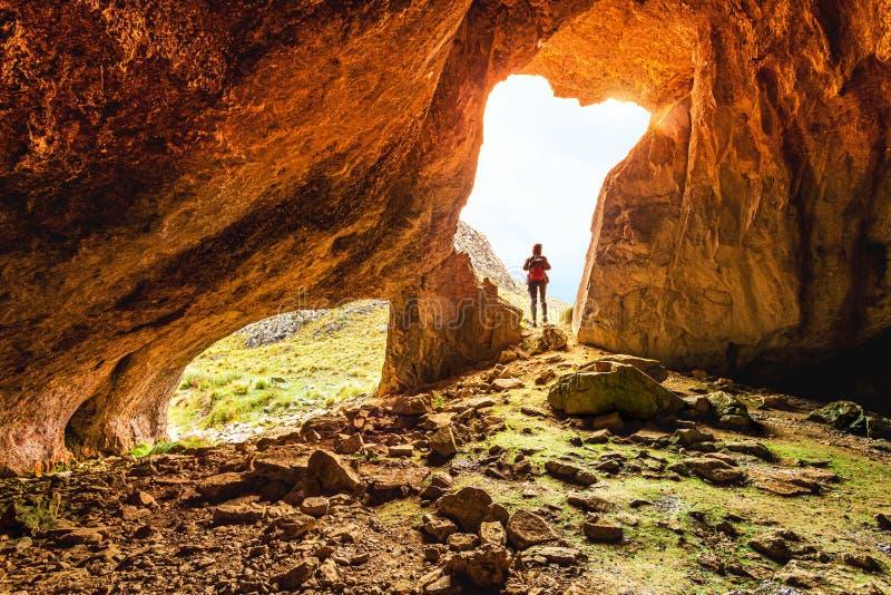 Cavernas de exploração fêmeas na região selvagem australiana imagens de stock