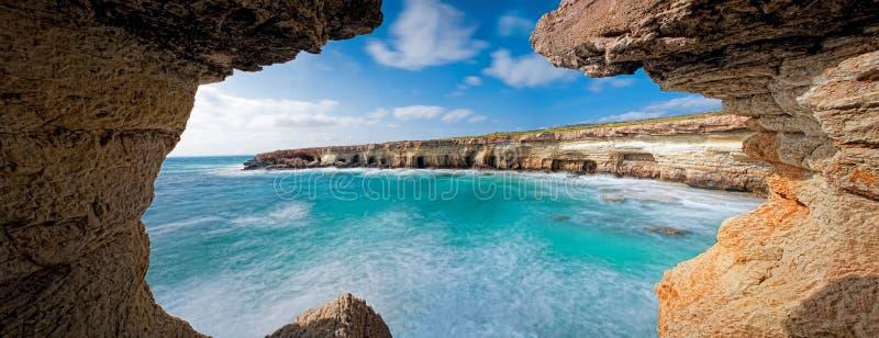Cavernas do mar no greko do cabo, Chipre foto de stock