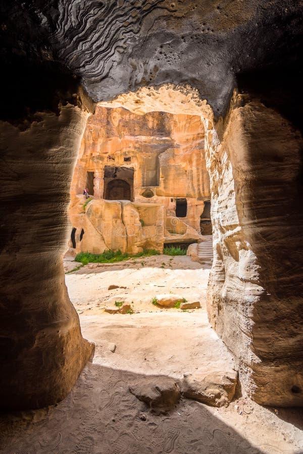 Cavernas em pouco PETRA, cidade antiga de PETRA, Jordânia do arenito foto de stock royalty free