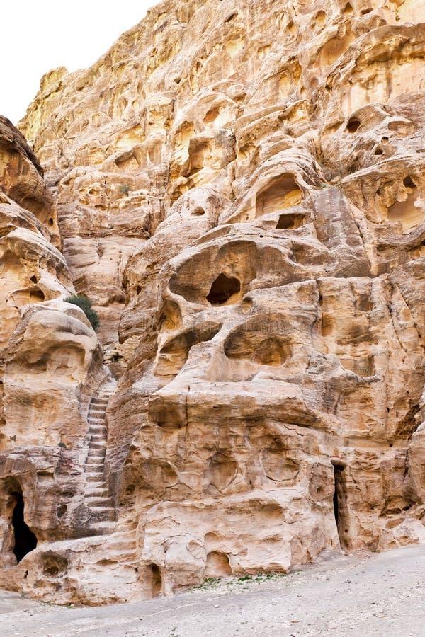 Caverne antique vivante et opérations dans peu de PETRA photos stock