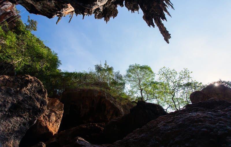 Caverne c?l?bre de Phranang ? la plage Krabi Tha?lande de Raylay Railay images libres de droits