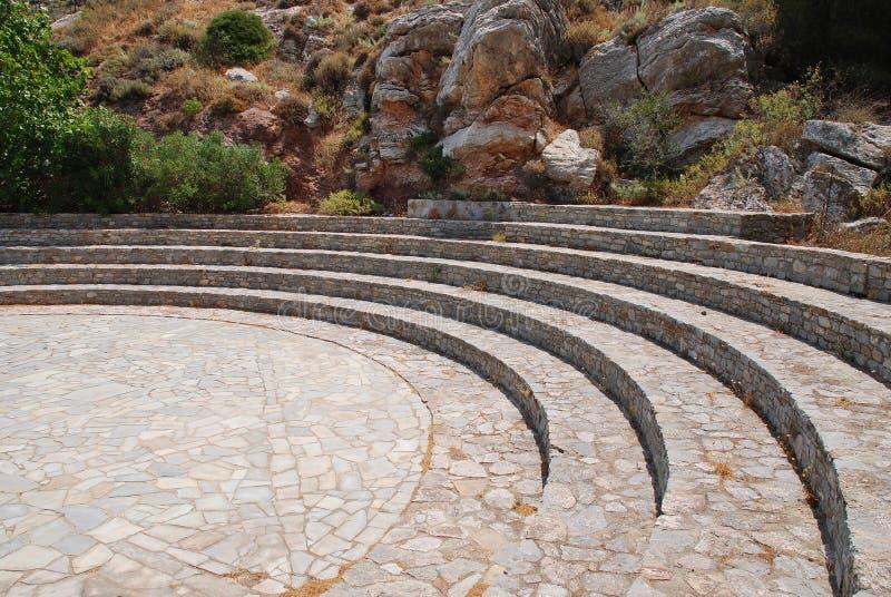 Caverne d'amphithéâtre de Charkadio sur Tilos images libres de droits