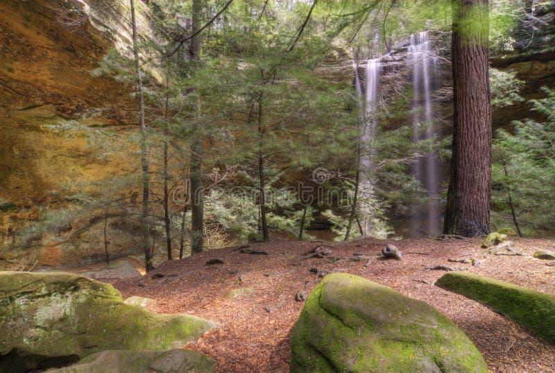 Caverne de cendre en côtes Ohio de Hocking images libres de droits