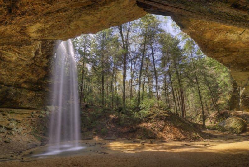 Caverne de cendre en côtes Ohio de Hocking photographie stock libre de droits