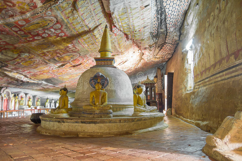 Caverne de Dambulla avec la statue antique de Bouddha image stock