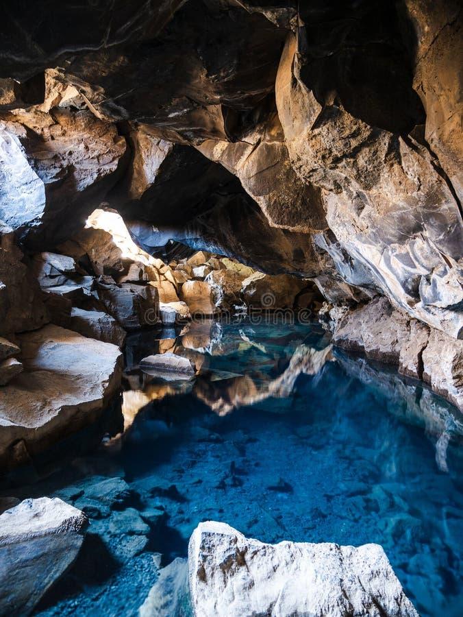 Caverne de lave de Grjotagja située près du lac Myvatn dans l'Islande photos stock