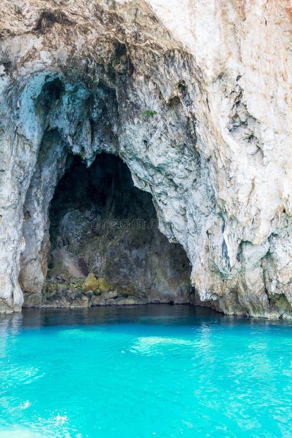 Caverne de mer de Mourtos sur la côte grecque, photographiée de l'intérieur photo stock