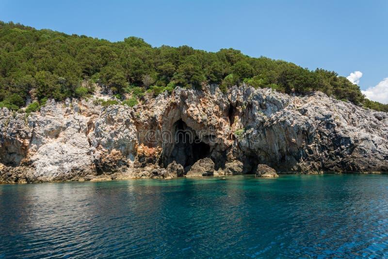 Caverne de mer de Mourtos sur la côte grecque, photographiée de la mer images libres de droits