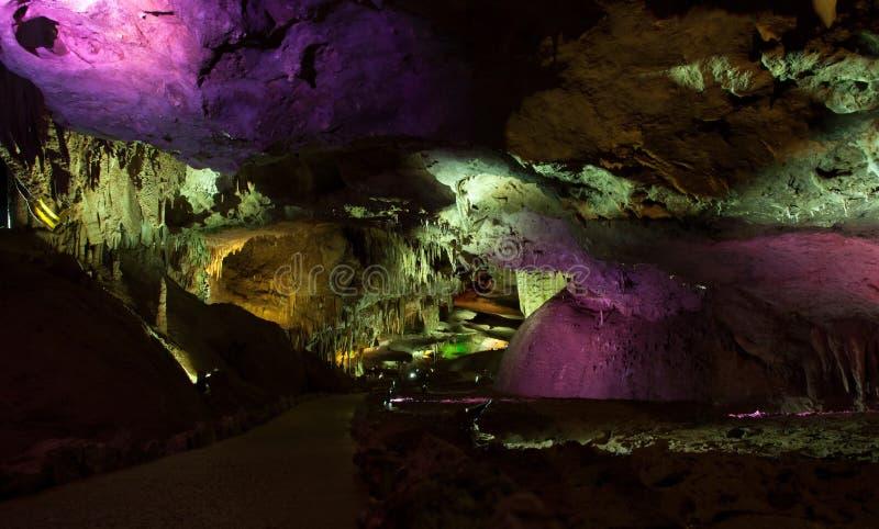 Caverne de PROMETHEUS de photo avec les stalactites et les stalagmites admirablement lumineuses image libre de droits
