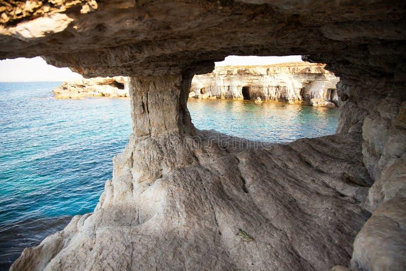 Caverne del mare del capo di greco di Cavo Ayia Napa, Cipro immagini stock