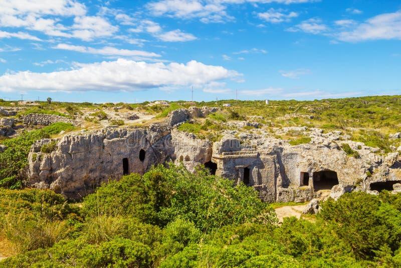 Caverne della necropoli di Cala Morell fotografia stock