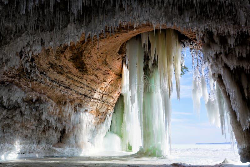 Caverne derrière des rideaux en glace sur l'île grande sur le lac Supérieur image libre de droits