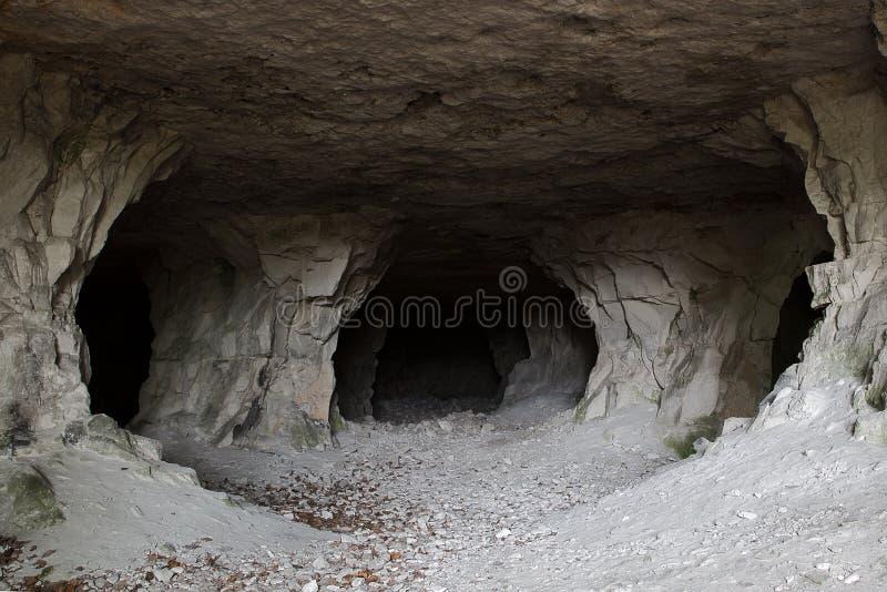Caverne en pierre à l'intérieur vue près de l'entrée photos libres de droits