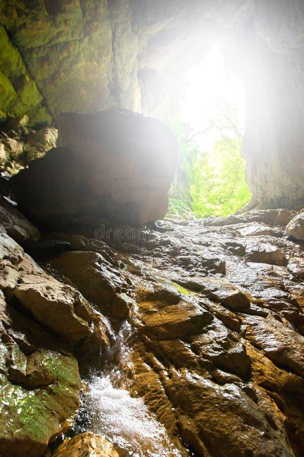 Caverne en pierre ? l'int?rieur de vue Sortie l?g?re photographie stock libre de droits