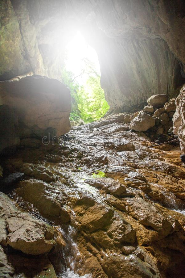 Caverne en pierre ? l'int?rieur de vue Sortie l?g?re photo stock