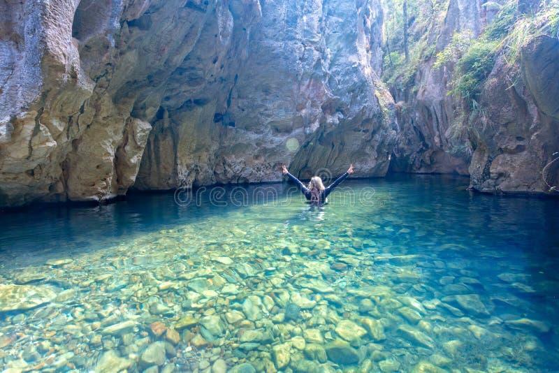 Caverne et canyon les explorant de rivière de femme image libre de droits