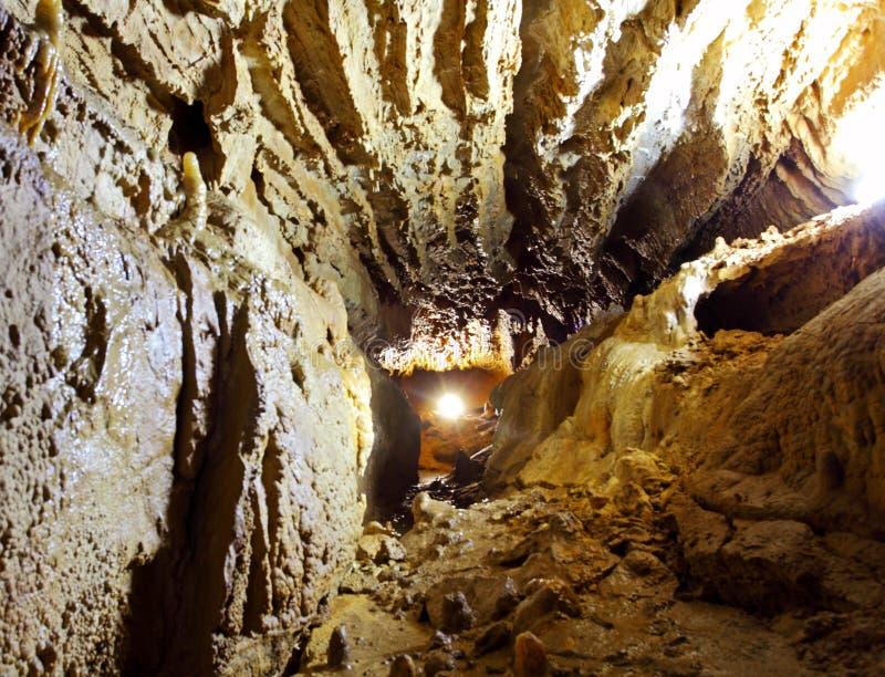 Caverne foncée de pierre de mystère avec la lumière photographie stock