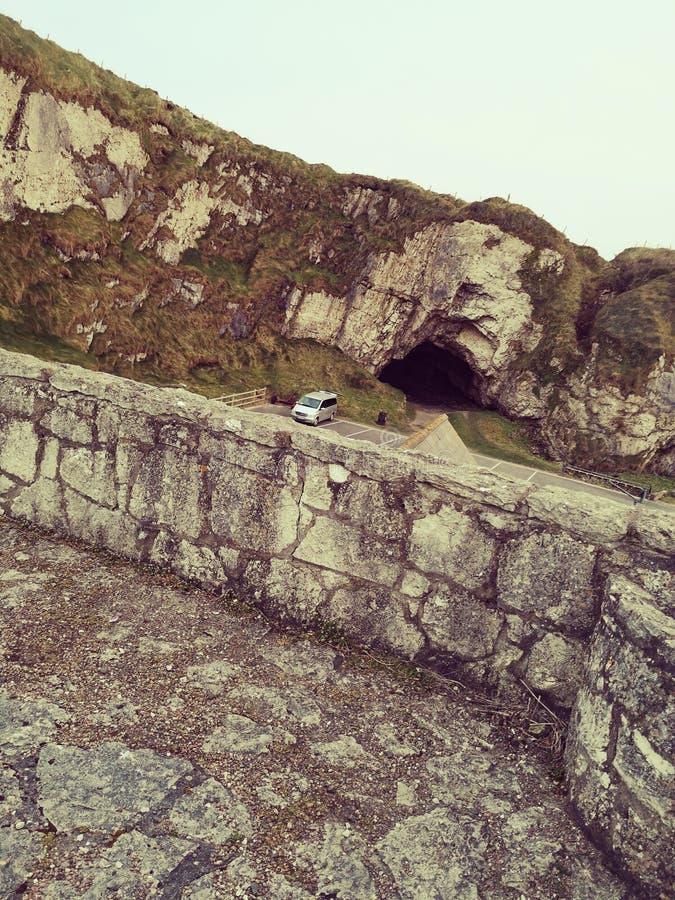 Caverne historique isolée de port de Ballintoy photographie stock libre de droits