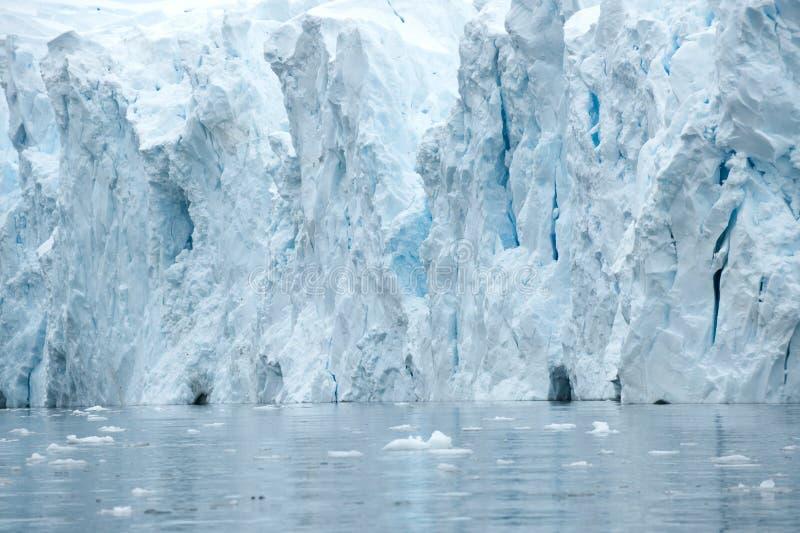 Caverne in un iceberg del turchese in Antartide fotografia stock