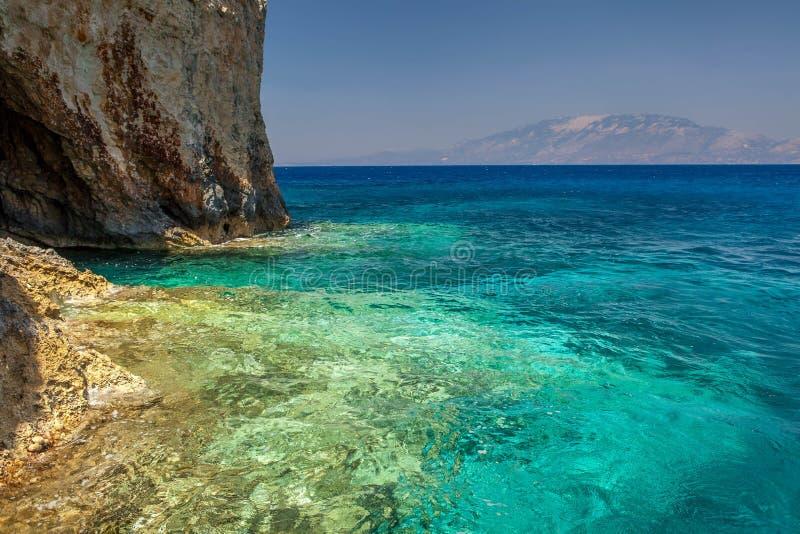 Cavernes bleues avec la vue de Kefalonia photo stock